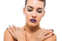 Mujer atractiva agraciada con los labios y los clavos púrpuras imágenes de archivo libres de regalías