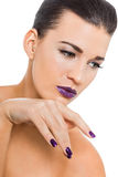 Mujer atractiva agraciada con los labios y los clavos púrpuras fotografía de archivo