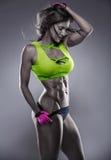 Mujer atractiva agradable de la aptitud que muestra los músculos abdominales imágenes de archivo libres de regalías