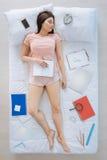 Mujer atractiva agradable que duerme en su cama Imagen de archivo libre de regalías