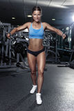 Mujer atractiva agradable que hace entrenamiento del tríceps foto de archivo libre de regalías