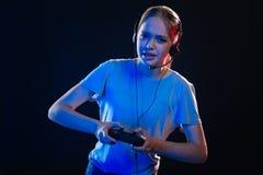 Mujer atractiva agradable que juega a los videojuegos Foto de archivo libre de regalías