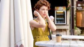 Mujer atractiva al aire libre que bebe el café, disfrutando del momento, descansando en el café Verano almacen de video