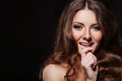 Mujer atractiva apasionada con el chocolate Chocolate Foto de archivo libre de regalías
