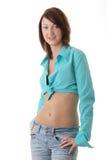 Mujer atractiva, apta en pantalones vaqueros, con el estómago descubierto Fotos de archivo