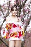 Mujer atractiva asiática con el kimono japonés Foto de archivo libre de regalías