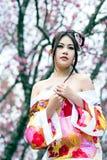 Mujer atractiva asiática que lleva el kimono japonés tradicional Imagen de archivo