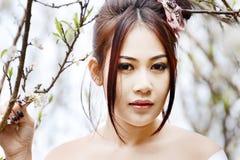 Mujer atractiva asiática que lleva el kimono japonés tradicional Foto de archivo