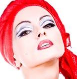 Mujer atractiva atractiva en turbante imagenes de archivo