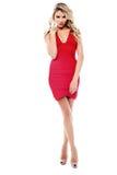 Mujer atractiva atractiva en un vestido rojo de moda fotografía de archivo