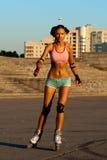 Mujer atractiva bronceada del rodillo Foto de archivo