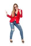 Mujer atractiva casual en la sonrisa roja de la capa Imagen de archivo