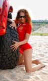 Mujer atractiva cerca del neumático del jeep rojo Fotos de archivo