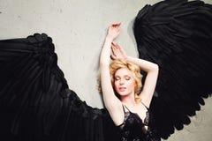Mujer atractiva con Angel Wings Relaxing Fotografía de archivo libre de regalías