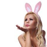 Mujer atractiva con Bunny Ears Blowing Kiss. Semana Santa foto de archivo