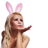 Mujer atractiva con Bunny Ears Blowing un beso Foto de archivo