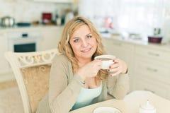 Mujer atractiva con café Foto de archivo libre de regalías