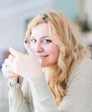 Mujer atractiva con café Imágenes de archivo libres de regalías