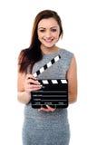 Mujer atractiva con clapperboard imágenes de archivo libres de regalías