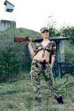 Mujer atractiva con el arma Imágenes de archivo libres de regalías