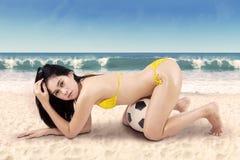Mujer atractiva con el balón de fútbol el las vacaciones 1 Imagen de archivo libre de regalías