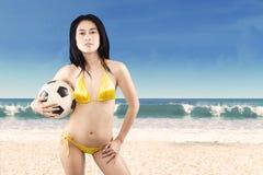 Mujer atractiva con el balón de fútbol el las vacaciones 3 Imágenes de archivo libres de regalías