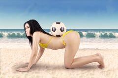 Mujer atractiva con el balón de fútbol el vacaciones Foto de archivo libre de regalías