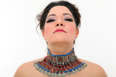 Mujer atractiva con el collar artístico Fotografía de archivo libre de regalías