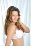 Mujer atractiva con el cuerpo hermoso que presenta en ropa interior en dormitorio en el sujetador atractivo que parece atractivo  Imagen de archivo