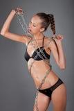 mujer atractiva con el encadenamiento del metall Foto de archivo libre de regalías