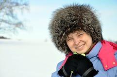 Mujer atractiva con el esquí sobre fondo del invierno Fotos de archivo libres de regalías