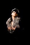 Mujer atractiva con el furr y las gafas de sol Fotos de archivo