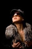 Mujer atractiva con el furr y las gafas de sol Foto de archivo libre de regalías