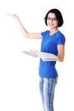 Mujer atractiva con el libro de trabajo. Vista lateral. El señalar en spac de la copia Fotos de archivo