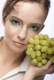 Mujer atractiva con el manojo de uvas fotos de archivo libres de regalías