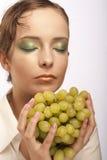 Mujer atractiva con el manojo de uvas foto de archivo