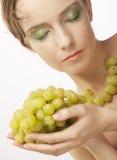 Mujer atractiva con el manojo de uvas fotos de archivo