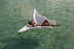 Mujer atractiva con el pelo oscuro en traje de natación lujoso foto de archivo libre de regalías
