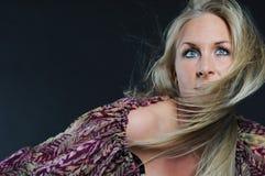 Mujer atractiva con el pelo que agita Fotografía de archivo