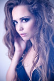 Mujer atractiva con el pelo rizado largo Fotografía de archivo libre de regalías