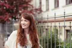 Mujer atractiva con el pelo rojo largo magnífico Fotos de archivo libres de regalías