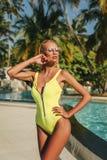 Mujer atractiva con el pelo rubio en nea relajante elegante del traje de natación imágenes de archivo libres de regalías