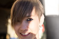 Mujer atractiva con el pelo sonriente del cortocircuito imagen de archivo libre de regalías