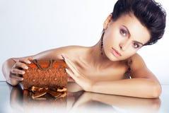 Mujer atractiva con el rectángulo de lujo de la joyería - piel limpia Imagen de archivo libre de regalías