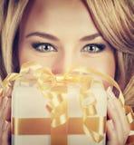 Mujer atractiva con el regalo de la Navidad Imagenes de archivo