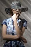 Mujer atractiva con el sombrero Fotografía de archivo