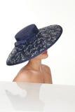 Mujer atractiva con el sombrero blanco y negro elegante Imágenes de archivo libres de regalías