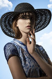 Mujer atractiva con el sombrero precioso imagenes de archivo