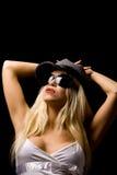 Mujer atractiva con el sombrero y las gafas de sol Imagen de archivo libre de regalías