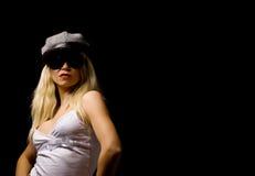Mujer atractiva con el sombrero y las gafas de sol Foto de archivo